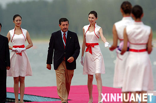 2008 Beijing Olympics hostess girls welcome foreigners