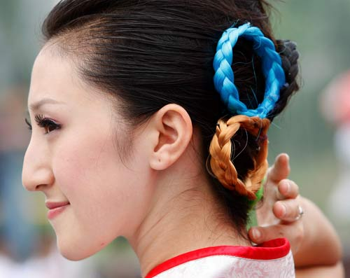2008 Beijing Olympics hostess girl with Olympic rings hairstyle
