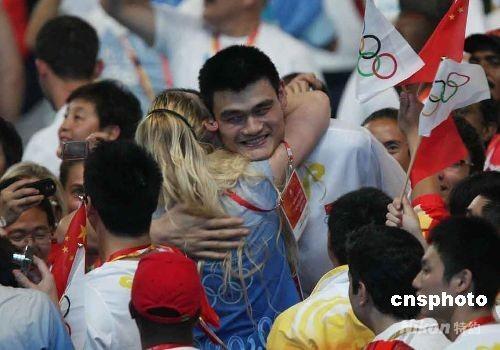 2008 Beijing Olympic Games Closing Ceremony - Yao Ming and Lauren Jackson exchange hugs.