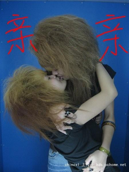 Two fei zhu liu girls kissing each other.