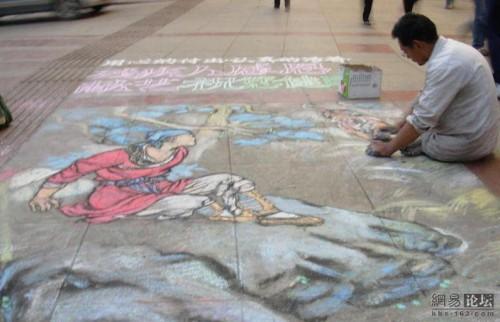 Disabled Guiyang man uses chalk to draw beautiful Chinese art.