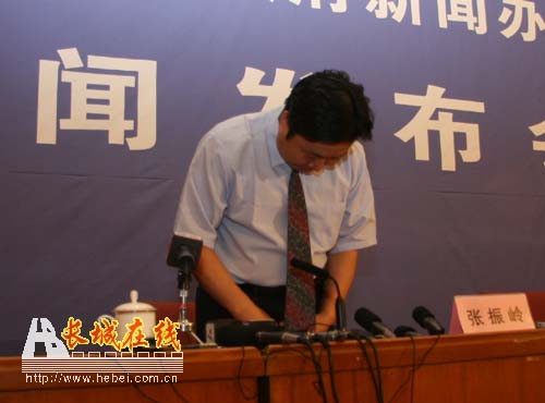 Sanlu Group vice president Zhang Zhenling bows in apology to consumers for milk powder baby formula incident.