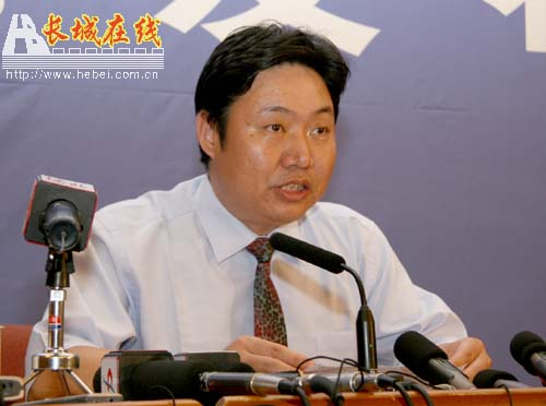 Sanlu Group vice president Zhang Zhenling apologizes to consumers for milk powder baby formula incident.