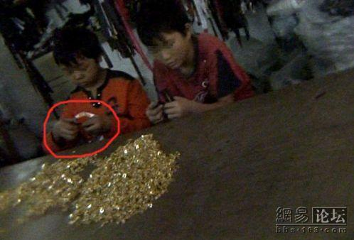 A reporter investigates child labor in Wuhan, China, taking pictures of young boys & girls as young as 11-12 years old. Chinese netizens argue what can be done.