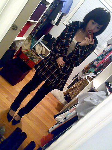陶瓷c showing her Sly large coat and her closet.