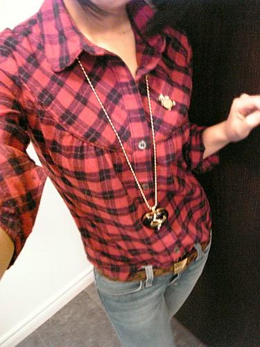陶瓷c wearing Talula shirt, Ksubi jeans, and Ugg shoes.