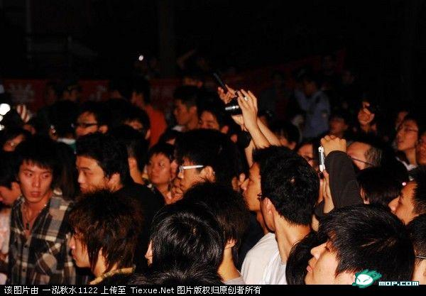 A large crowd of Chinese students in Shanghai protest Japanese students who beat up two Chinese students in Shanghai.