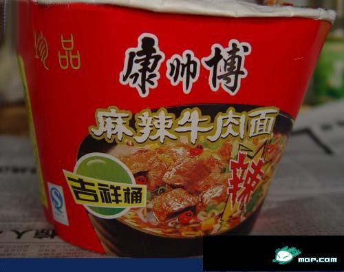 Fake 康帅博 instant noodles: 康师傅.