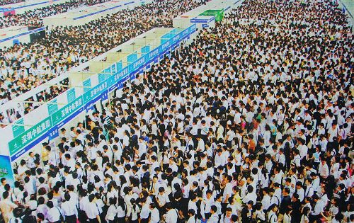 150,000 recent university graduates in China pack the Shenzhen Convention Center's Job Fair looking for jobs. Chinese netizens discuss difficulty of employment.