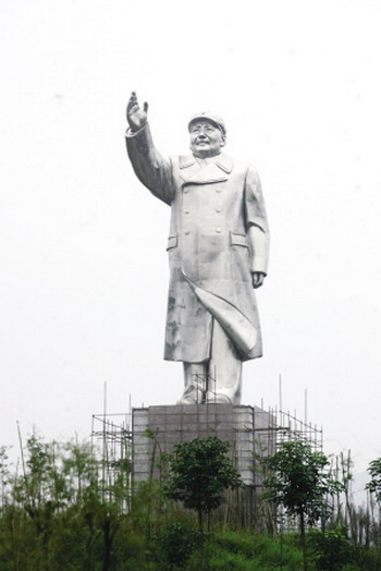 Huge statue of Mao Zedong that looks a little like Deng Xiaoping.