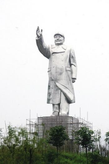 Huge statue of Mao Zedong that looks a little like Deng Xiaoping.