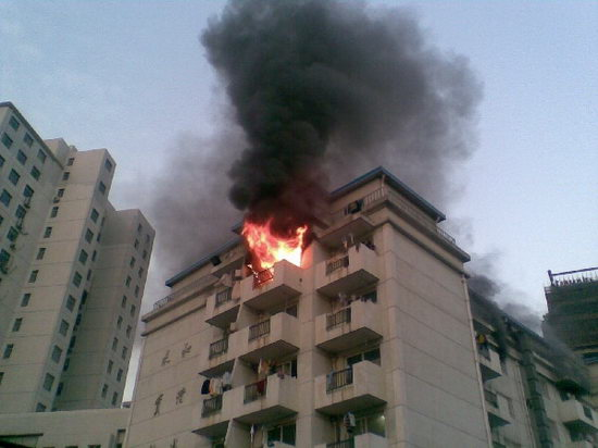 A dorm fire at the Shanghai Business School forces 4 schoolgirls to jump to their deaths. Chinese netizens argue about whether they could have escaped.