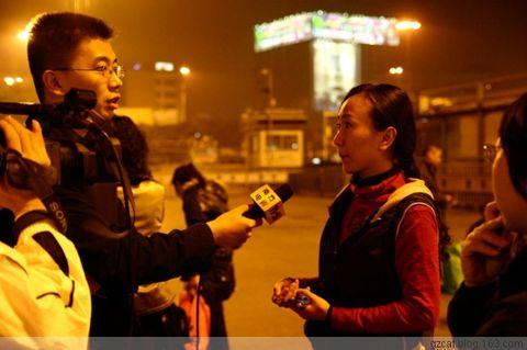 电视台的记者在采访我们。