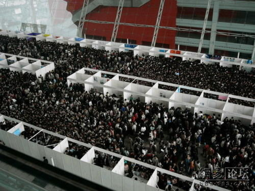 A China job fair full of Chinese university students looking for employment.