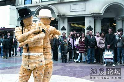 Two mummies suddenly appear in Wuhan, China and begin dancing. After drawing a crowd, they hand out leaflets with only the word