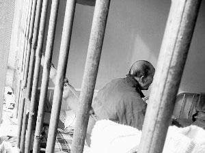 2008年11月26日,84岁的时亨生老人在新泰市精神病院。摄影/本报记者 张涛