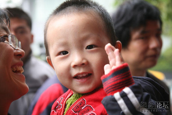 Charity in Shenzhen, Guangzhou helps poor migrant worker visit their homes & families for Chinese New Year (Spring Festival) with free train tickets & cash.