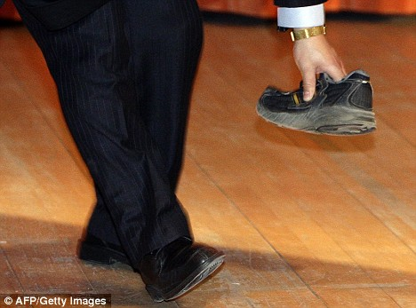 chinese-premier-wen-jiabao-cambridge-university-2009-thrown-shoe
