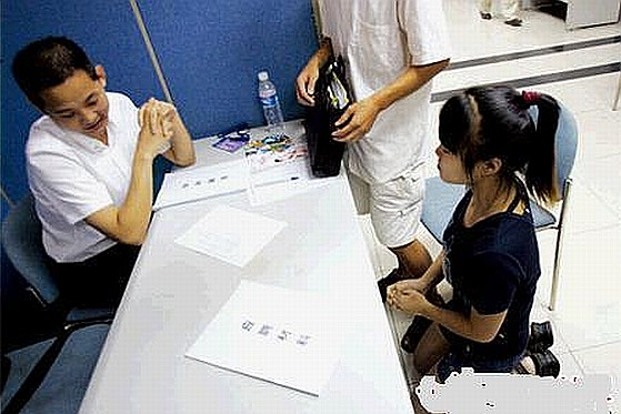 A young girl in Guangdong is seen kneeling down in front of a job recruiter begging for a job. Some netizens think she is shameless, using other's sympathy.