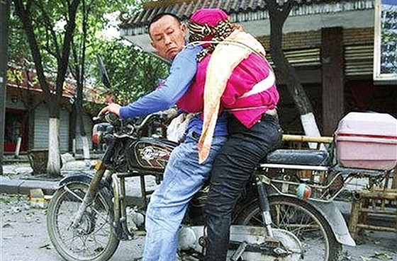 Chinese discuss new reports that Wu Jiafang, the man who became famous for carrying his dead wife after the 2008 Sichuan Earthquake, is actually a bad person.