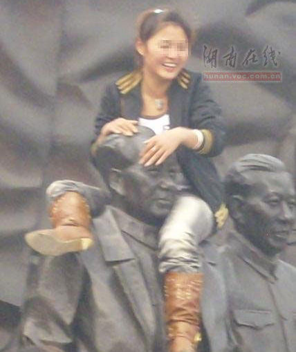 girl-climbs-on-mao-zedong-statue-angers-many-chinese-01