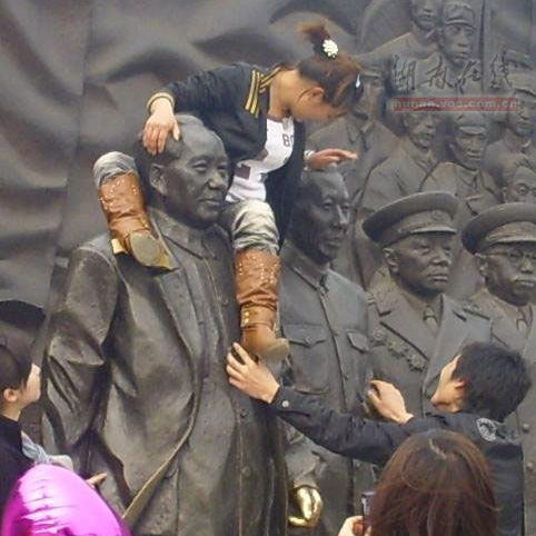 girl-climbs-on-mao-zedong-statue-angers-many-chinese-02
