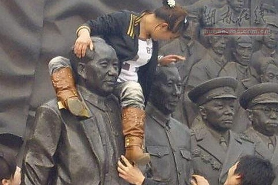 Chinese netizens argue over a young girl climbing on a statue of Mao Zedong to take a picture in Hunan, China. Many say it is disrespectful, others no big deal.