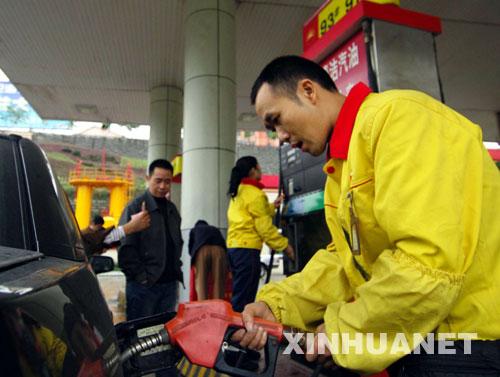 china-pumping-gasoline-02