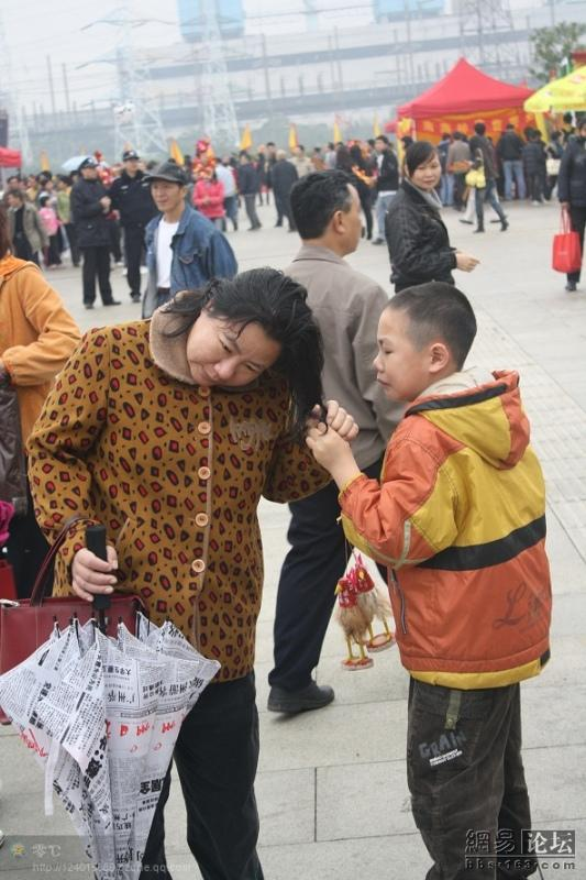 spoiled-child-attacks-mother-in-public-for-toy-china-06