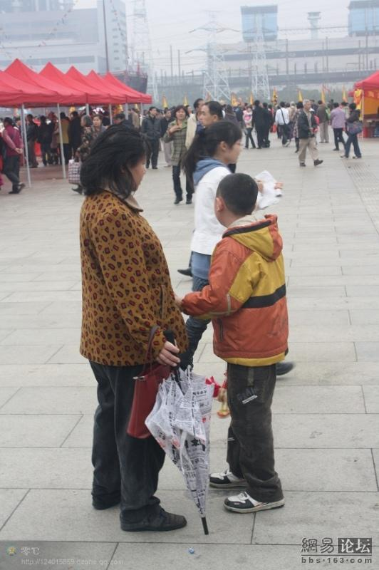 spoiled-child-attacks-mother-in-public-for-toy-china-09