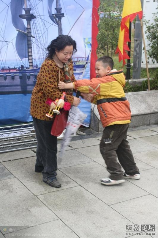 spoiled-child-attacks-mother-in-public-for-toy-china-15