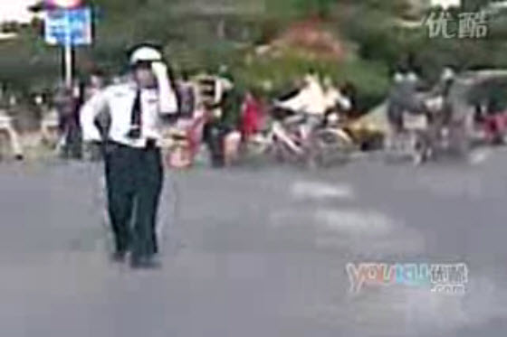 Chinese netizens praise a Beijing traffic officer who dances the cha cha while directing traffic because it shows a positive and humorous attitude towards work.