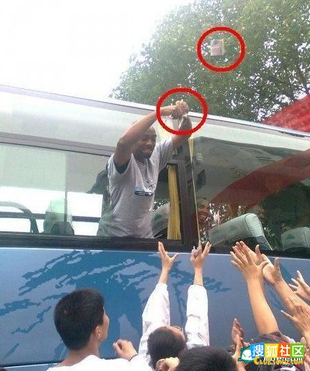 china-american-basketball-player-throws-money-to-chinese-students