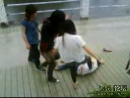 guangdong-girls-teen-beating-kicking-09