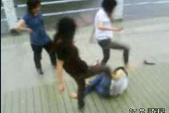 Another video of another group of Cantonese girls viciously kicking a single defenseless girl in Guangdong. They kick her so hard and so many times, she faints.