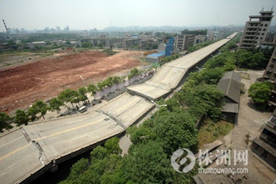Chinese netizens accuse the government of blocking & censoring information after an elevated road in China collapses, crushing rush hour traffic underneath.