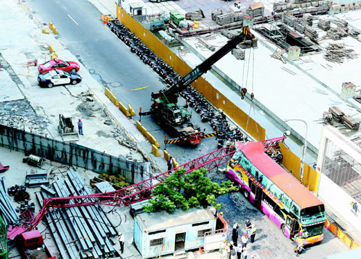 taiwan-crane-crushes-mainland-tourist-bus-06