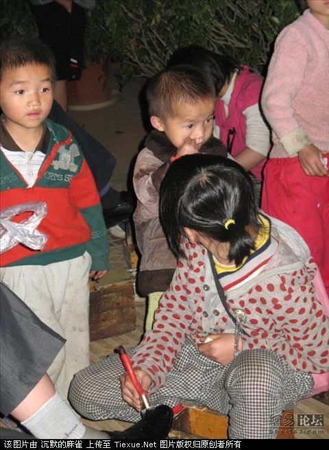 young-children-shining-shoes-tourist-trap-china-04