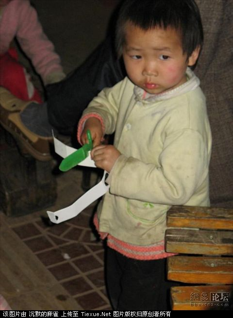 young-children-shining-shoes-tourist-trap-china-06