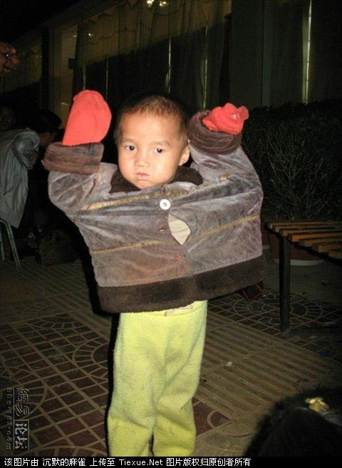 young-children-shining-shoes-tourist-trap-china-11