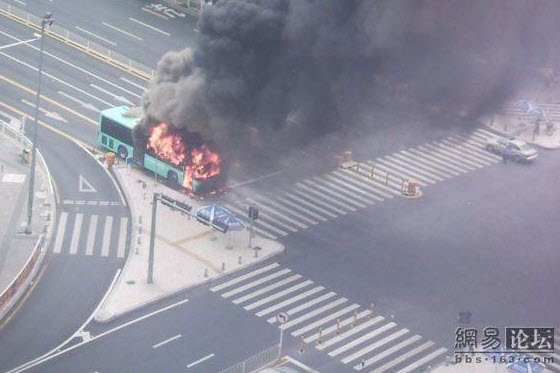 Only days after a spontaneous fire on a public bus in Chengdu that burned many alive, another Chinese bus in Shenzhen also suddenly bursts into flames. Pictures