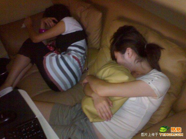 http://www.chinasmack.com/wp-content/uploads/2009/07/china-chinese-sleeping-in-internet-bar-01.jpg
