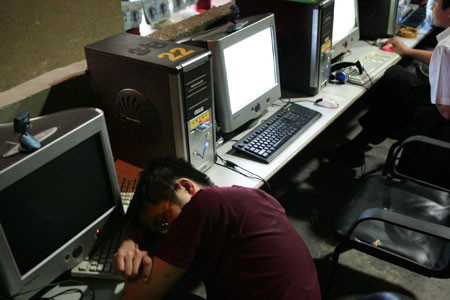 china-chinese-sleeping-in-internet-bar-12