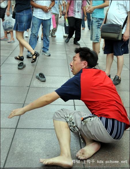 shanghai-nanjing-road-pedestrian-street-fight-03