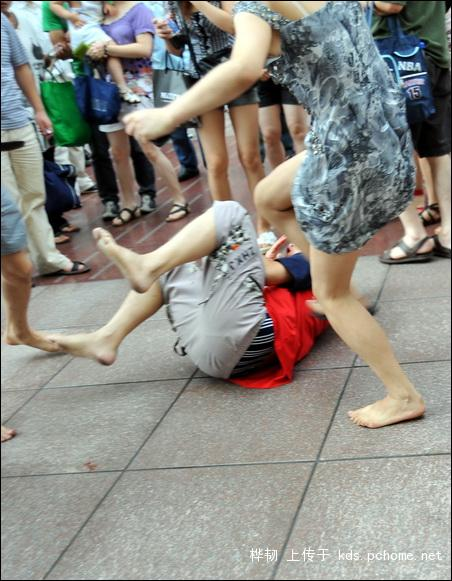 shanghai-nanjing-road-pedestrian-street-fight-06