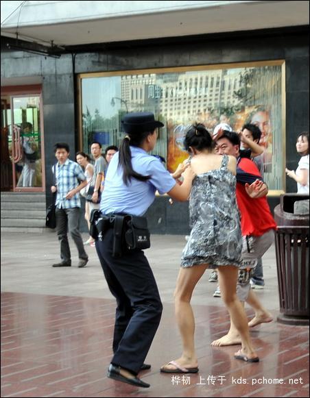 shanghai-nanjing-road-pedestrian-street-fight-08
