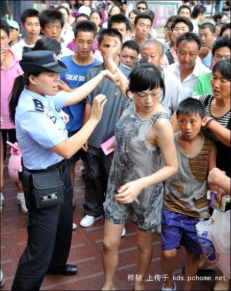 shanghai-nanjing-road-pedestrian-street-fight-09