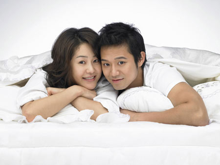 asian-chinese-couple-white-blankets