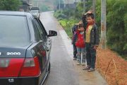china-chinese-children-salute-passing-officials-car