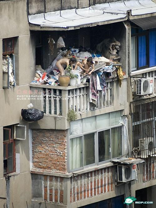 china-poor-naked-girls-balcony-01